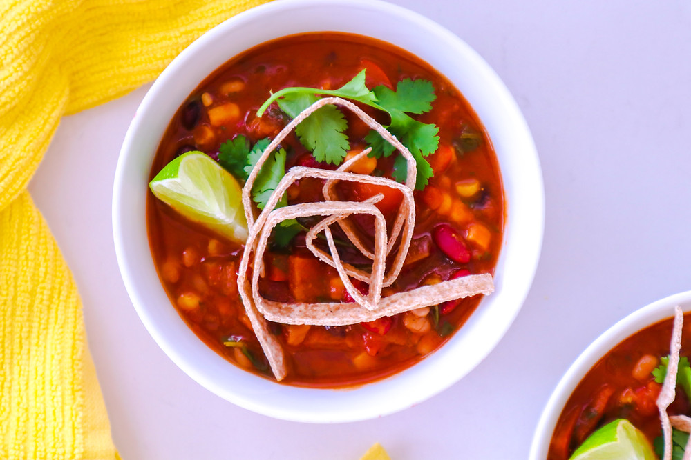 מרק שעועית מקסיקני אוכל מקסיקני טבעוני מרק שעועית ותירס