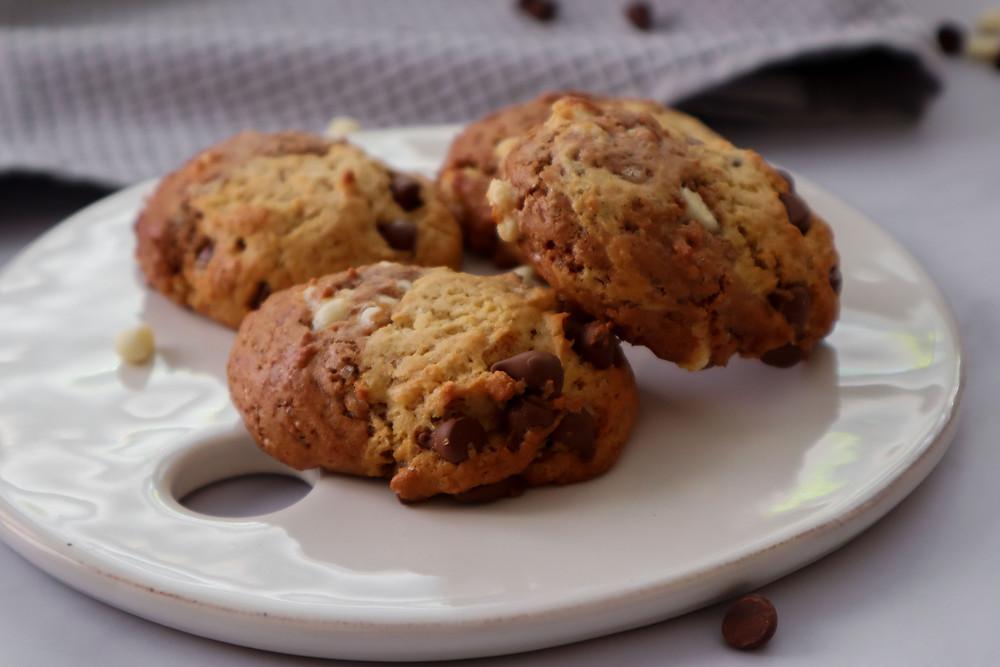 עוגיות שוקולד צ׳יפס חצי חצי עוגיות שוקולד עוגיות טבעוניות עוגיות שוקולד צ׳יפס הכי טובות