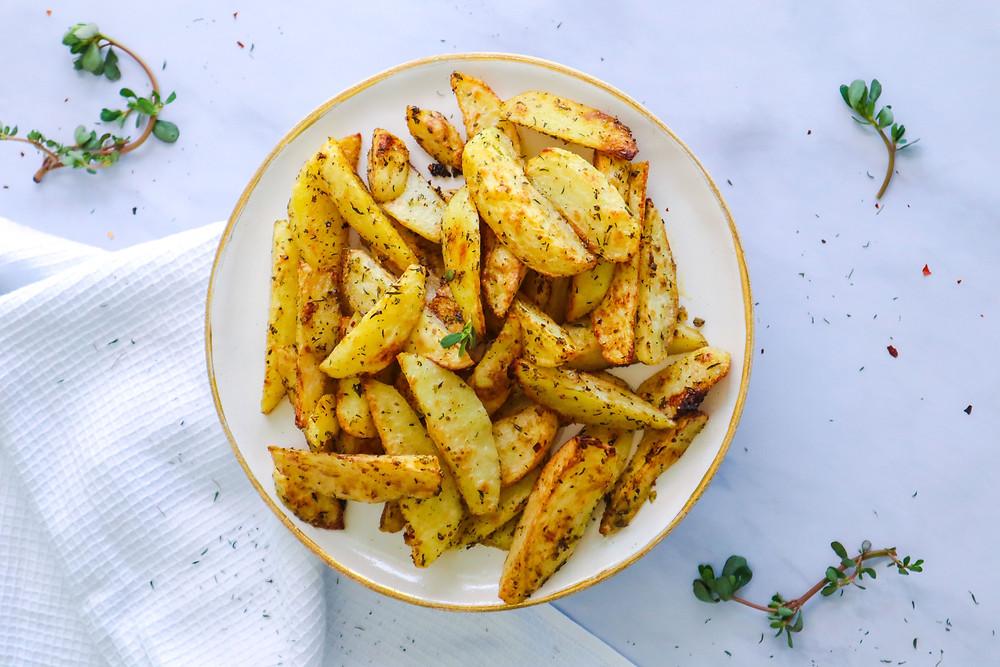פלחי תפוחי אדמה אפויים בתנור בשום ועשבי תיבול מתכון לתפוחי אדמה בתנור