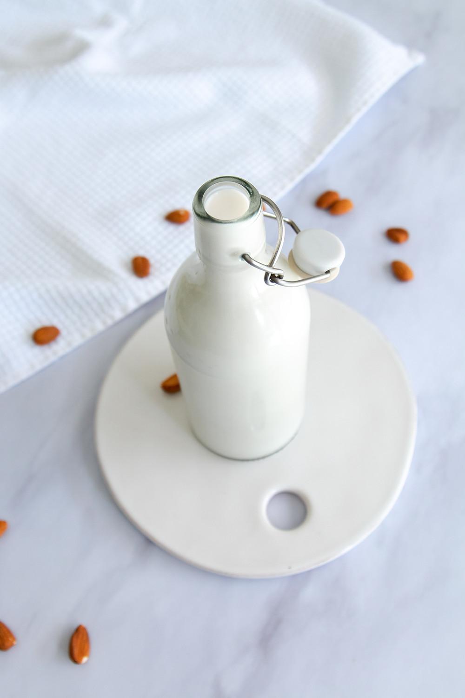 חלב שקדים ביתי איך מכינים חלב שקדים מהיר ופשוט מתכון בסיסי לחלב שקדים