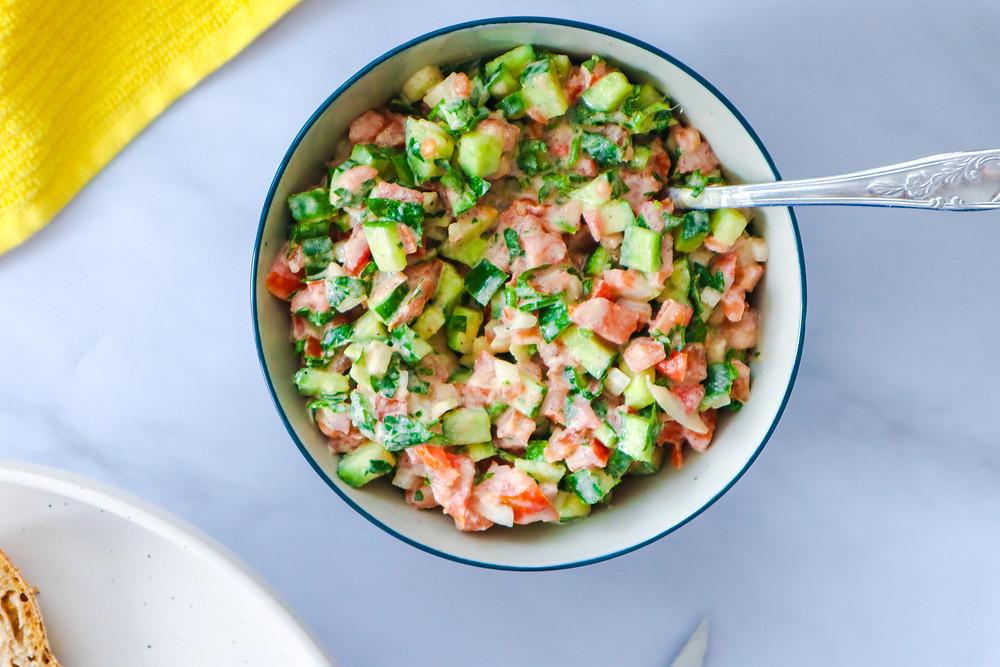 סלט טחינה סלט ירקות קצוץ מקושקשת טופו ארוחת בוקר ישראלית טבעונית