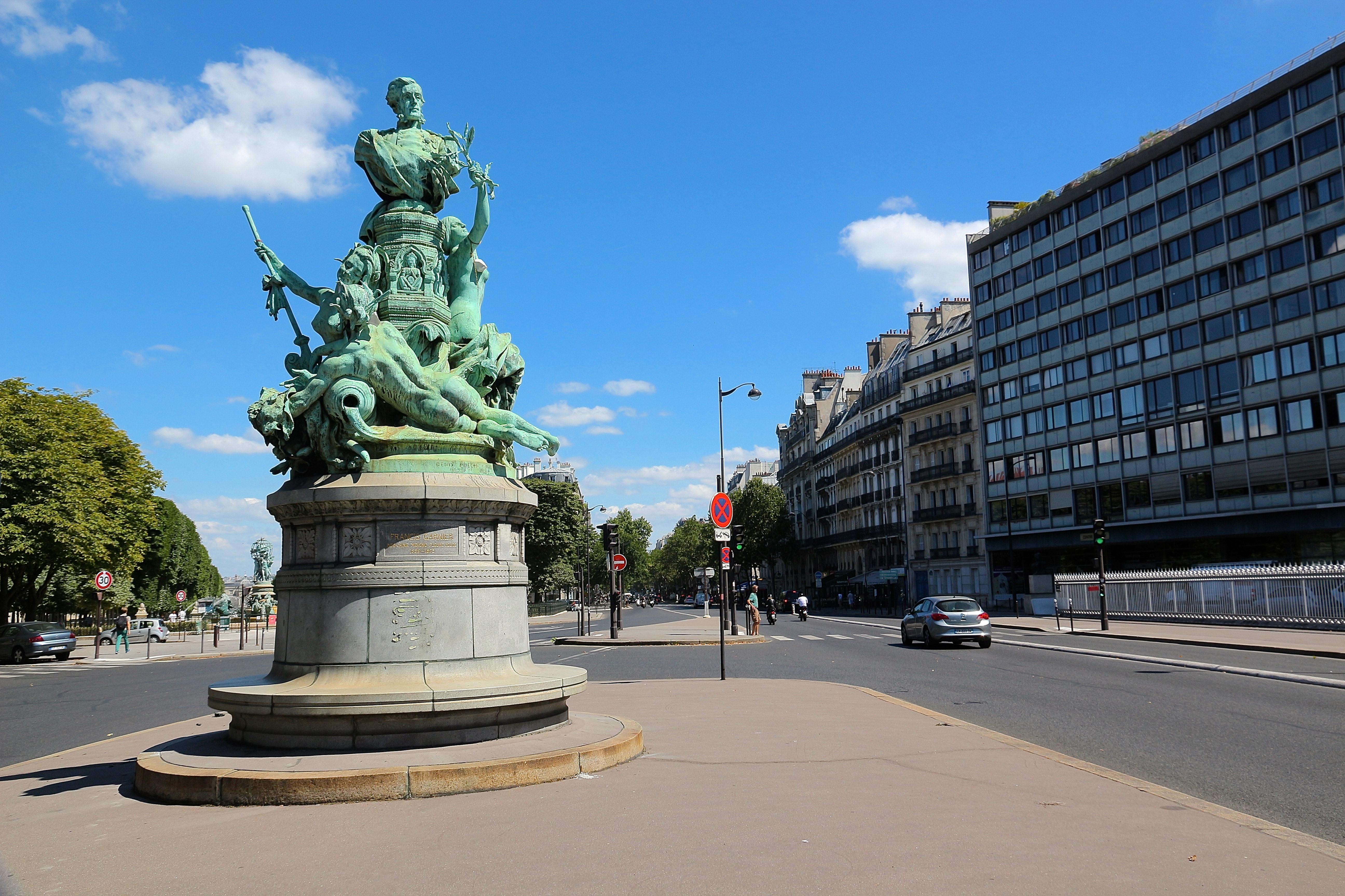 le monument à Francis Garnier