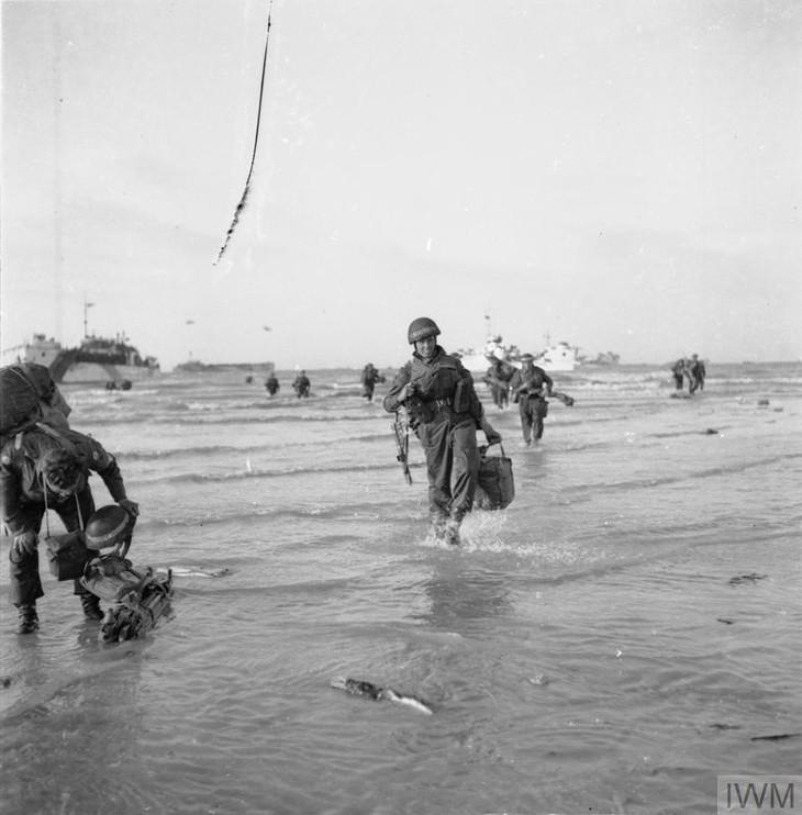 Foto: Imperial War Museum • El mal tiempo y la fuerte resistencia alemana obstaculizaron el asalto de la 3ª división británica sobre la playa de Sword, la más oriental de las playas. L