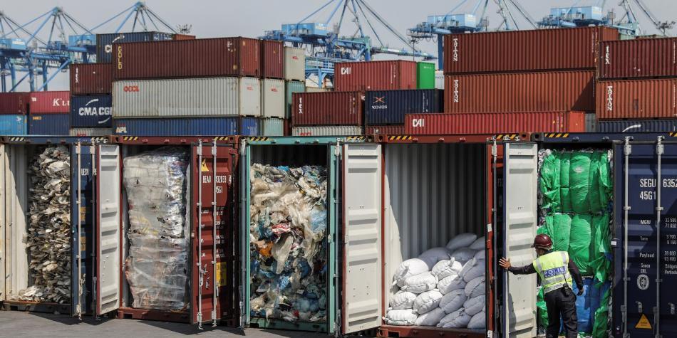 La polémica inició desde 2013, cuando varios contenedores fueron etiquetados como si tuvieran material reciclable, pero en realidad contenían basura doméstica.   Foto: EFE