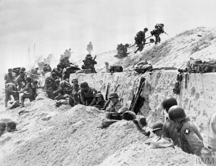 Foto: Imperial War Museum • Más de 23.000 hombres de la 4ª división de infantería de los Estados Unidos aterrizaron en la playa de Utah, la más occidental de las playas del asalto. Las fuertes corrientes arrastraron la primera oleada de tropas hacia un sector más levemente defendido, a unos 1.800 metros al sur de su objetivo original. Las tropas aerotransportadas habían aterrizado tras la playa de Utah en las primeras horas del 6 de junio.