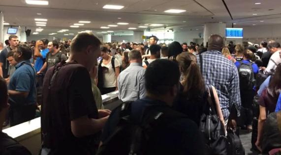 Los pasajeros que llegan de vuelos internacionales el domingo dicen que esperaron en largas filas para pasar por la aduana. (Kowlasar Misir / presentado) -cbc-