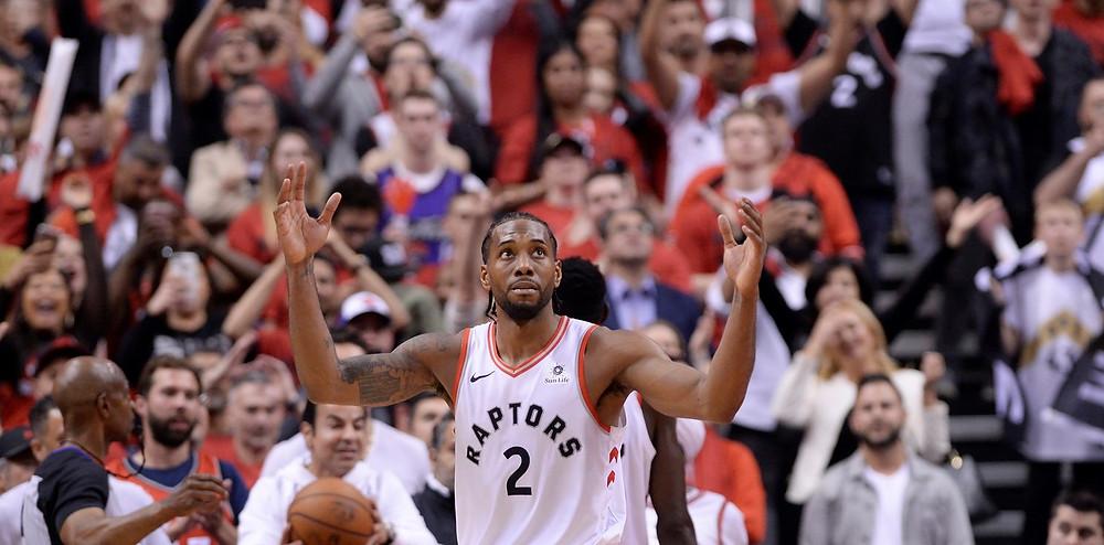 Kawhi Leonard reacciona en la victoria ajustada de Toronto Raptors ante Milwaukee Bucks para descontar 1-2 la Final del Este. (Nathan Denette/The Canadian Press via AP)
