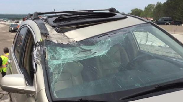 Un SUV golpeado por un juego de ruedas volantes en la autopista. Se muestra 400 el miércoles por la tarde. - CP24