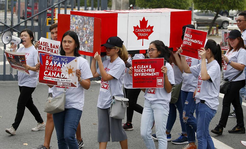 Manifestantes piden que Canadá retire los contenedores de basura, este viernes en Manila. BULLIT MARQUEZ AP - El Pais
