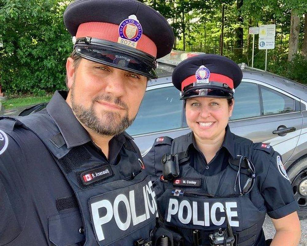 Const. Randall Arsenault (izquierda) y Const. Marleen Conley ayudó a salvar las vidas de dos hombres que se estaban ahogando en una piscina de Scarborough el viernes. (Randall Arsenault / Twitter)
