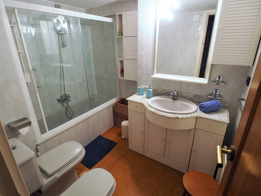 Bathroom I: bath-tube/shower, bidet, hair dryer