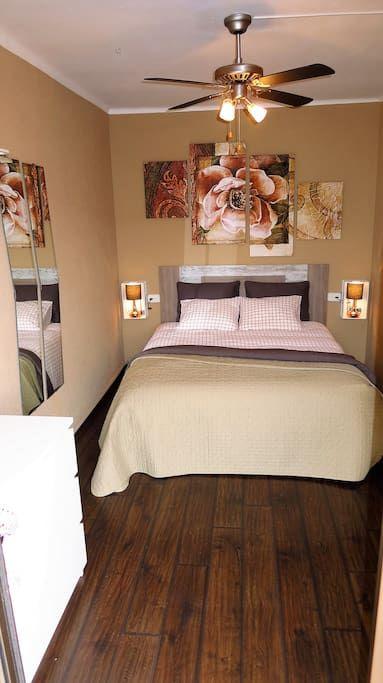 Bedroom IV, 1 double med, mirrow, door to one of the terraces