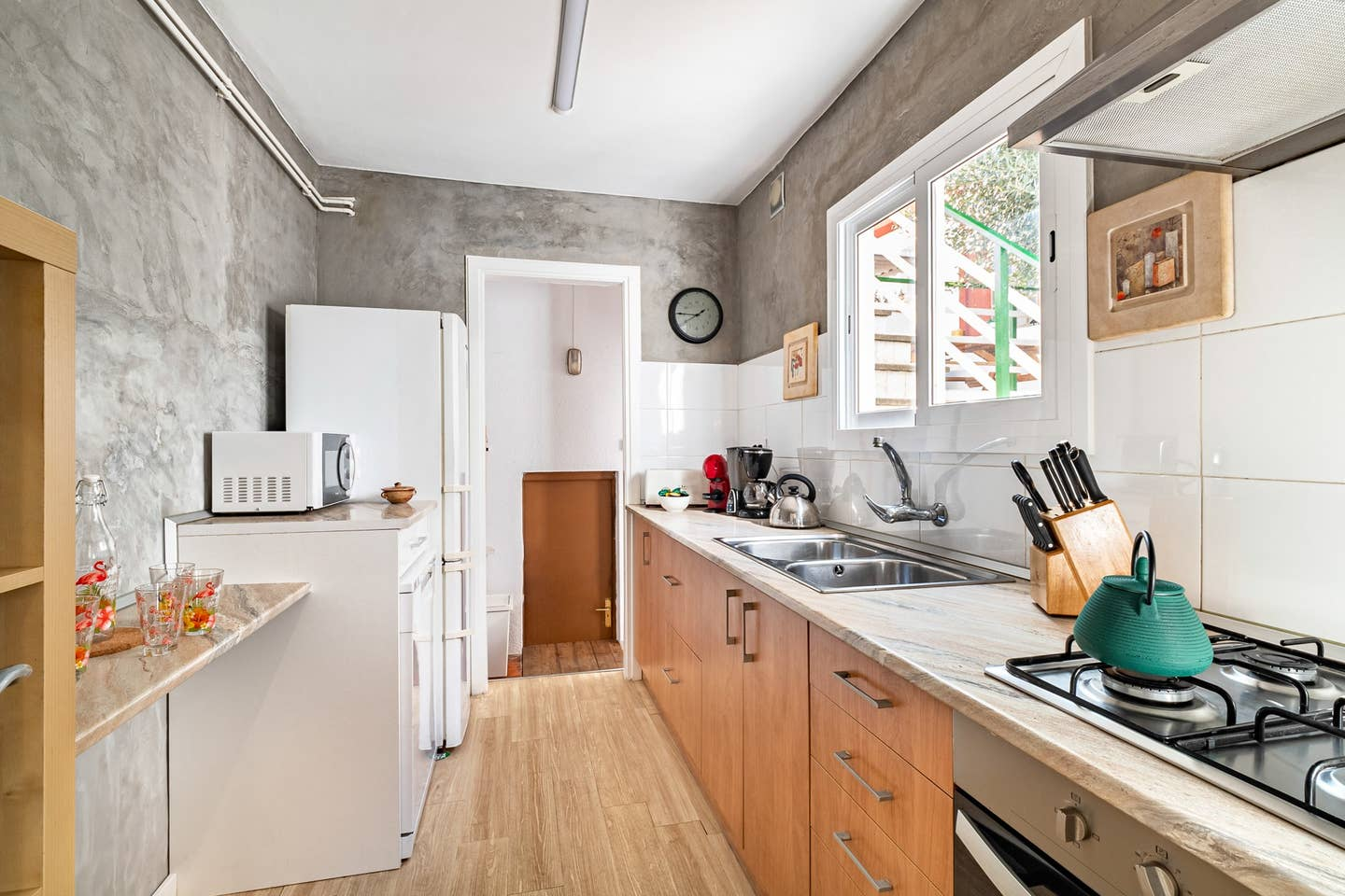 kitchen fully equipped: dish washer,