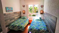 Bedroom II: 2 single beds