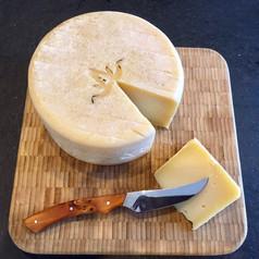 couteau à fromage en action