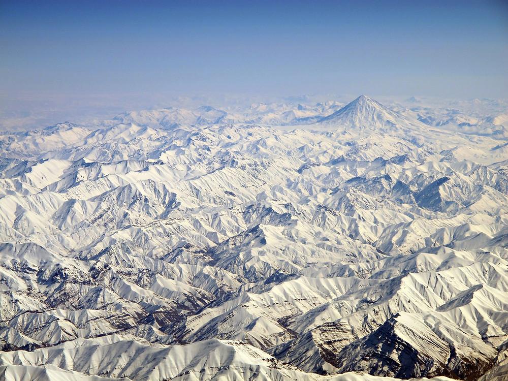 im Hintergrund der 5671m hohe Damavand