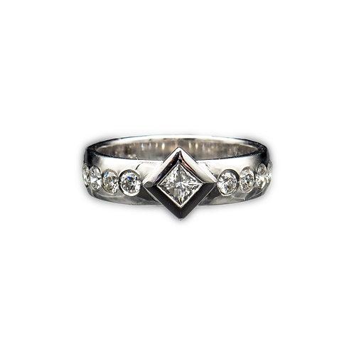 Weißgoldring mit Princessschliff Diamant