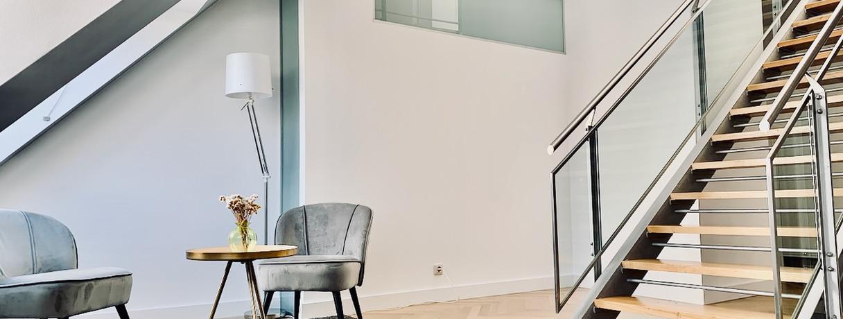 Bürobereich, Loungebereich & Aufgang zu Meetingraum & Terrasse