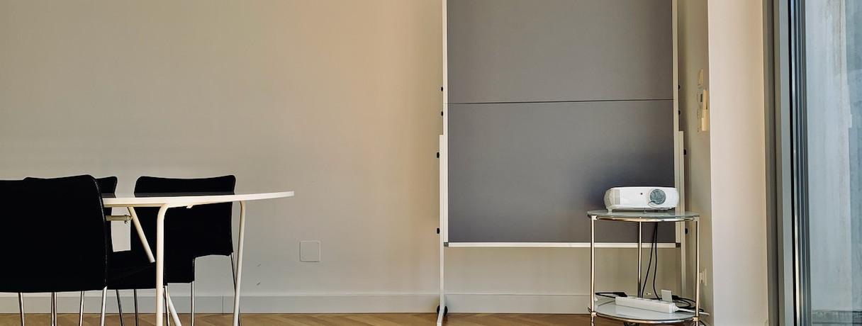 Meetingraum, Austattung: Flipchart, Pinnwand, Beamer