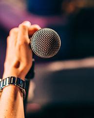 Tenant un microphone