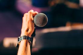 Держит микрофон