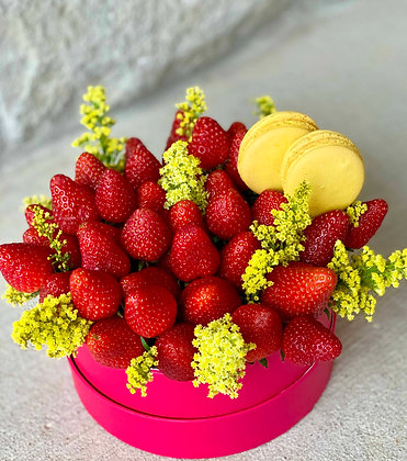 Strawberry Box with macaroons