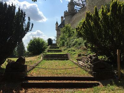 Allée végétalisée menant vers la terrasse du Château de Veauce