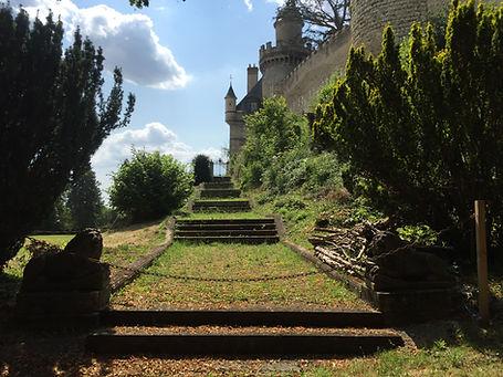 Vue chemin végétalisé menant à la tersasse du Château de Veauce