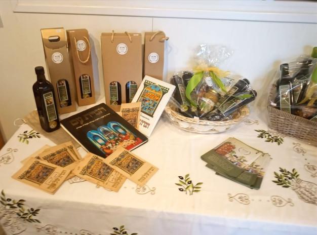 שולחן לכבוד חג הפסח בחנות
