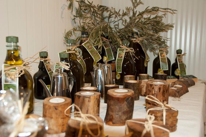 מוצרי עץ וכדי זכוכית בחנות