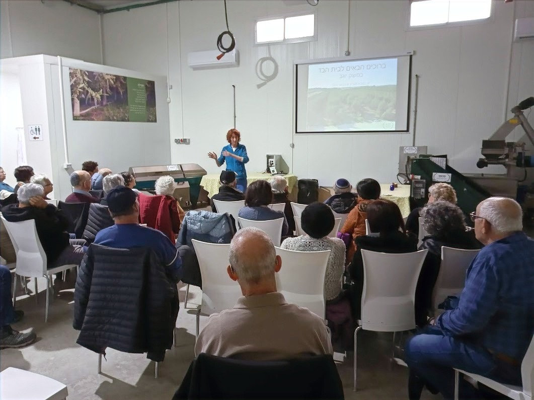 אילנה במהלך הרצאה למבקרים