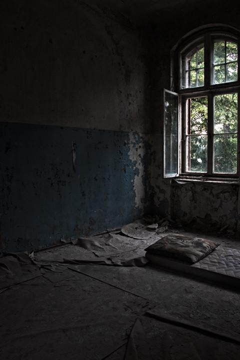 Lost Place, Schlafzimmer, Matratze,Fenster, alt, verkommen, verlassen, Architektur, Beelitz, Heilstätten