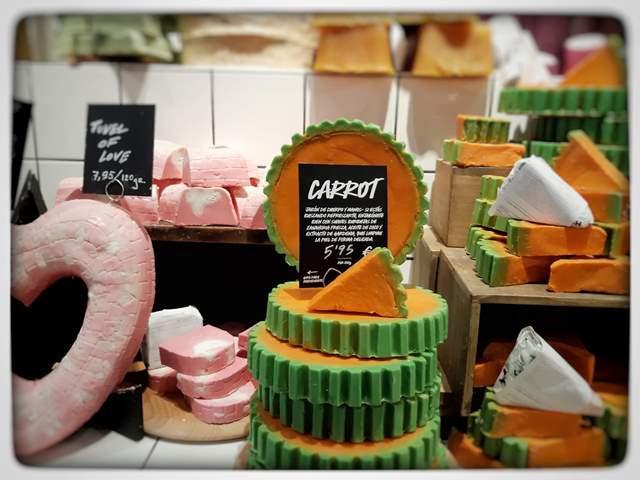 """עוגת גזר"""" חנות סבונים טבעיים סניף ברצלונה"""" Lush"""