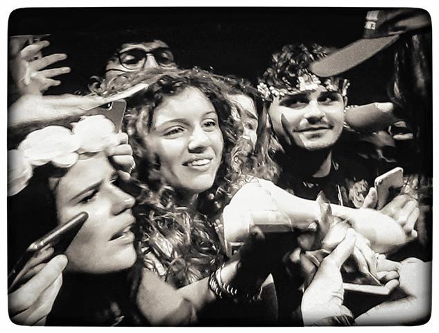 לנה גל ריי מצטלמת עם מעריצים בהופעה ברומא, צילום: תמר גרינברג