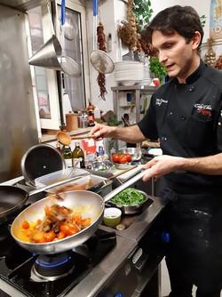 אנדראה מבשל עגבניות_edited.jpg