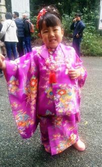 ילדה באה לבקש ברכה במקדש Meiji Jingu