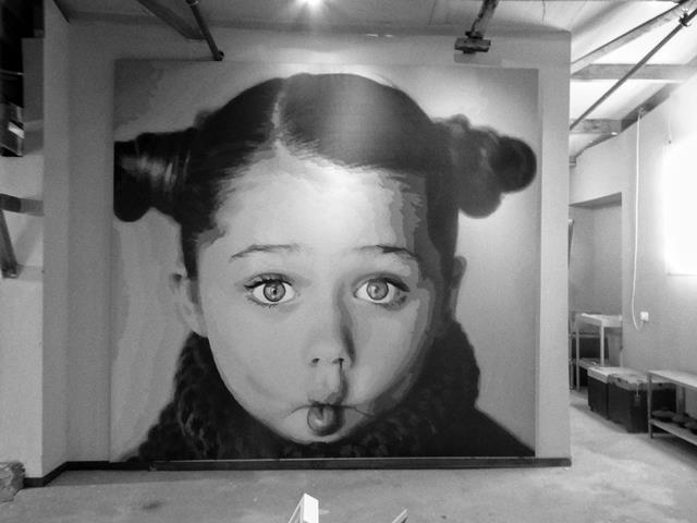 ילדה בשחור לבן. ציירת אורנה בן עמי