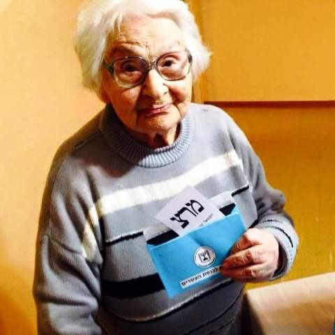 סבתא מצביעה בבחירות 2015