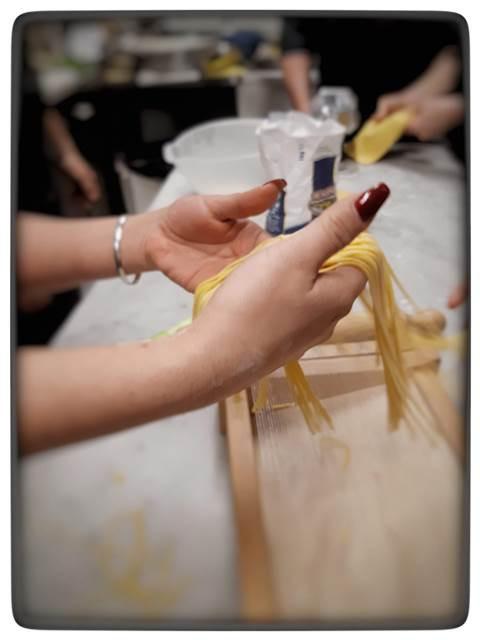 סדנת בישול ברומא עושים ספגטי בעבודת יד