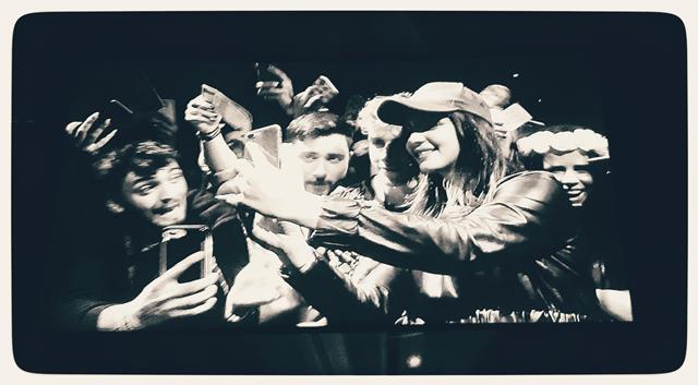 לנה גל ריי, מצטלמת עם מעריצים ברומא צילום: תמר גרינברג