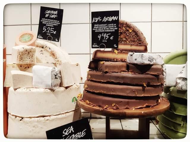 """עוגת שוקולד"""" בחנות סבונים טבעיים סניף ברצלונה"""" Lush"""