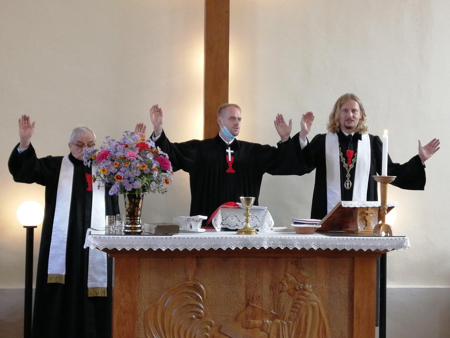 Farář Ervín Kukuczka, jáhen Aleš Toman, biskup Pavel Pechanec