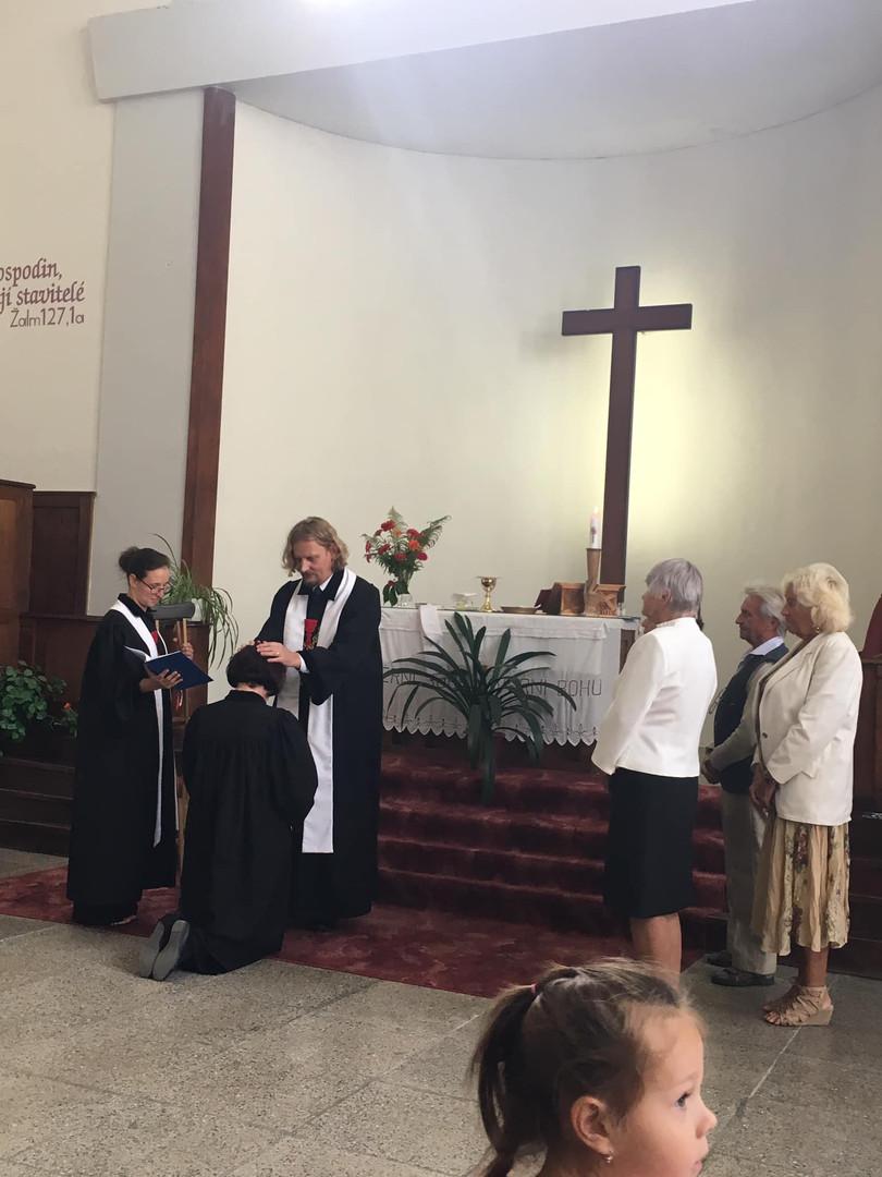 Kněžské svěcení Aničky Holínské ve Dvoře Králové nad Labem