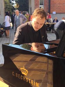 Jan Kavka, jazzový klavírista při zahradní slavnosti na nádvoří areálu sboru