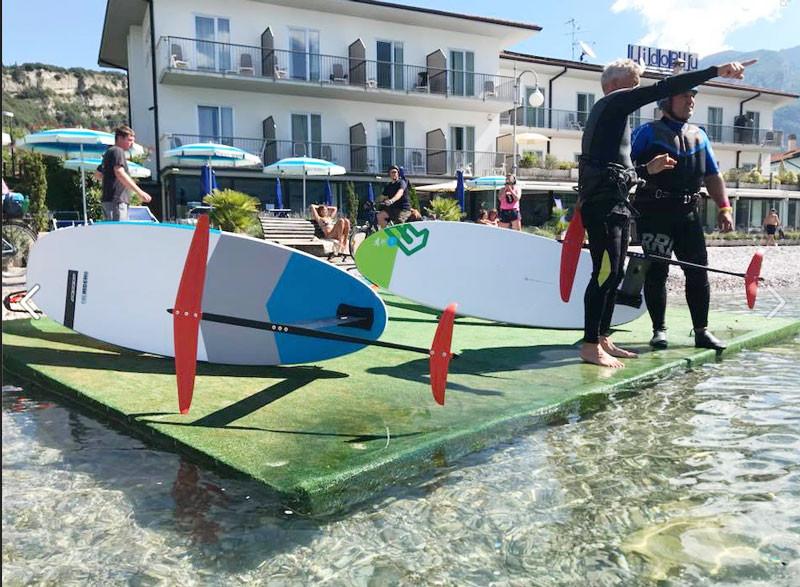 Letzte Instruktionen von Petr (Surfcenter Lido Blue) bevor es losgeht.