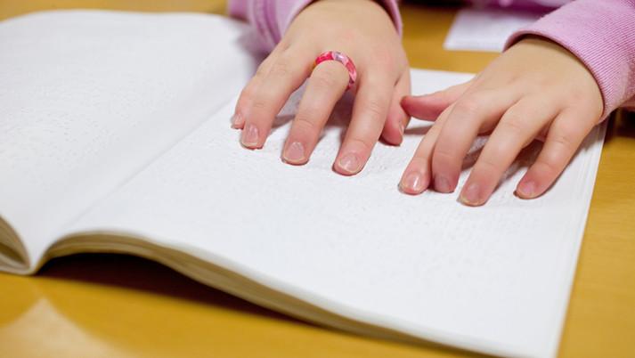 手で触れる 「点字の絵本」