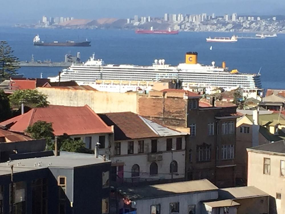 Crucero zarpando de Valparaíso