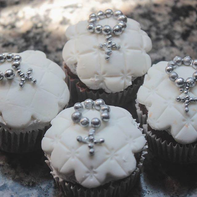 Os mini cupcakes para o batizado do Mateus ficaram uma graça