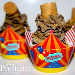#circo em clima de festa junina. Cupcakes com recheio de creme de amendoim com cobertura de buttercr