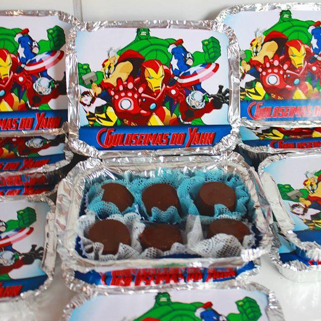 Marmitinhas personalizadas e com bombons para a festa na escola do Yahn